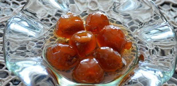 κεράσι γλυκό του κουταλιού γεμισμένο με ψιλοκομμένο καρύδι
