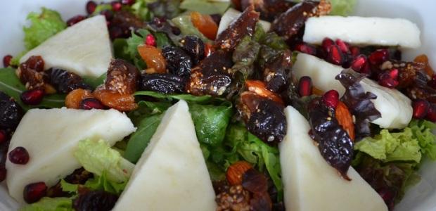 σαλάτα με μαλακό  τυρί Χίου και αποξηραμένα φρούτα