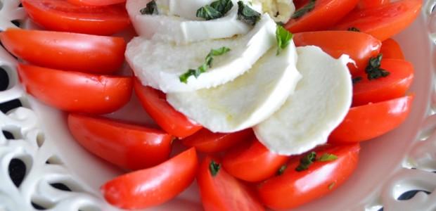 σαλάτα με μοτσαρέλα και ντομάτα (caprese)